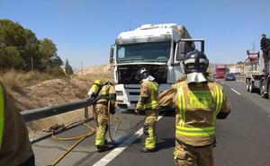 Extinguen un incendio en el motor de un camión en la A-7 a la altura de Lorca
