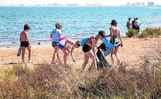 La playa de Los Nietos se libera de basura gracias a 50 voluntarios