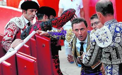 Un miura coge contra las tablas de forma dramática a Rafaelillo en Pamplona