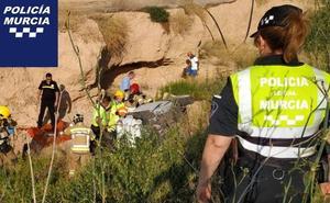 Rescatan a una mujer tras caer con su coche por un terraplén de 5 metros en Murcia