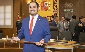 El alcalde de Los Alcázares acusa a los concejales del PP de comprar ocho iPhones Premium antes de las elecciones