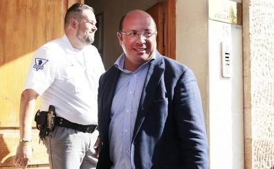 Sánchez recoge en el juzgado de Lorca la notificación de una nueva causa de corrupción
