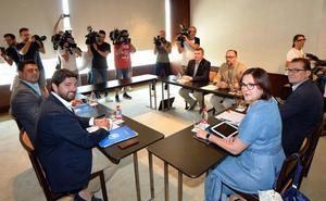 Vox compromete a López Miras a perseguir el «adoctrinamiento» en las aulas