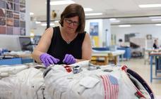 El sucio traje de Neil Armstrong, retirado del museo hace una década, vuelve a exhibirse