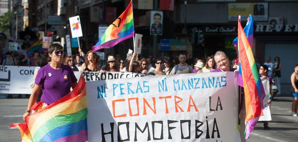 Colectivos LGTBI, feministas y de atención a inmigrantes denuncian el pacto con Vox