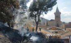 Extinguen un incendio en el monte La Molineta, cerca del casco urbano de Yecla