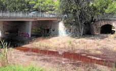 Investigan un vertido de agua marrón desde un tanque de tormentas al cauce de Benipila