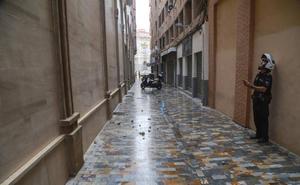 La lluvia provoca el desprendimiento de cascotes de un edificio en Cartagena