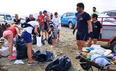 Medio centenar de voluntarios recogen una tonelada de residuos en La Manga