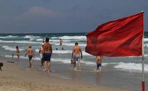 La bandera roja ondea en 12 playas de la Región y la amarilla en 18
