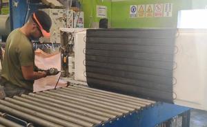 El frigorífico arrojado por un joven a un barranco termina en un desguace de Murcia