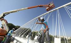 Limpian el puente del hospital Reina Sofía con una grúa de 20 metros