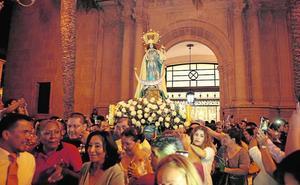 Cientos de fieles acompañan a la Virgen del Cisne