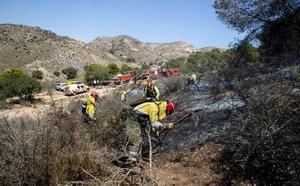 Los bomberos extinguen un incendio en el Barranco de Orfeo, en Cartagena