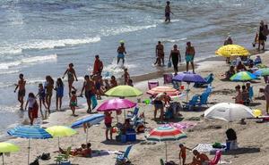 Las playas cartageneras recuperan su aspecto tras el último temporal de viento