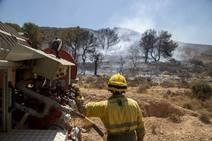 Los bomberos estabilizan un incendio en el Barranco de Orfeo, en Cartagena