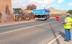 Los operarios municipales se emplean a fondo en la limpieza de Los Urrutias