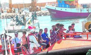 Trasladan a Cartagena a los 18 ocupantes de una patera localizada frente a las costas de la Región