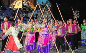 El Festival Internacional de Folclore llena de color y ritmo el Gabriel Celaya