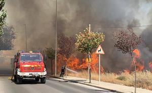 Aparatoso incendio en las inmediaciones del cementerio de Cieza