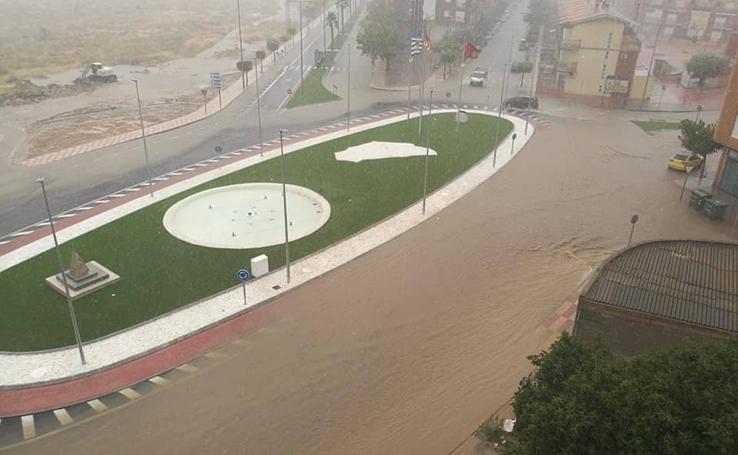 La lluvia anega calles en Jumilla y provoca desprendimientos en Caravaca de la Cruz