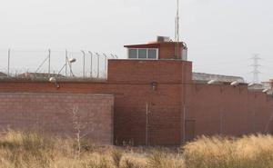 Los reclusos reciben con una paliza a los tres acusados de la violación grupal
