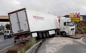 Un camión se sale de la vía y obliga a cortar el carril auxiliar de acceso al centro comercial Thader