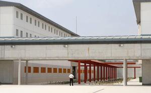 Un preso de Campos del Río incendia su celda y obliga a desalojar toda una galería