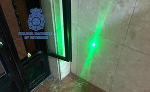 Detenido un menor en Valencia por deslumbrar con un láser a varios aviones mientras aterrizaban