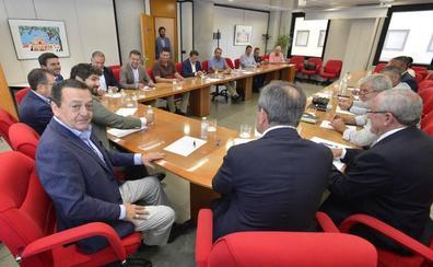 López Miras invita al presidente andaluz y al valenciano a una cumbre del agua en Murcia