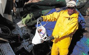 El plástico recogido por los barcos en el mar se transforma en hilo para moda sostenible
