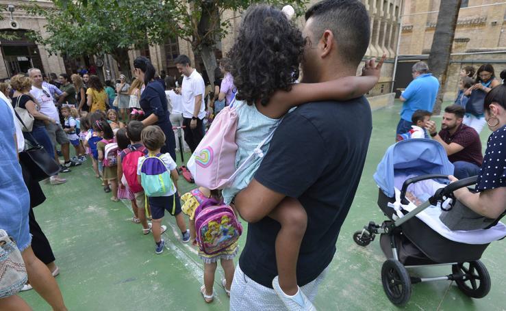 Más de 120.000 alumnos vuelven al cole entre quejas por la falta de decenas de maestros