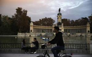 Detenido por grabar desde una bicicleta vídeos íntimos a mujeres en el parque de El Retiro