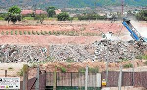 Otro vertedero sin licencia en Cartagena acumula escombros junto a la rambla de Benipila