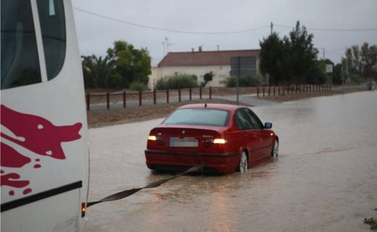 Evacúan el centro comercial Almenara de Lorca por la inundación de los comercios de la planta baja