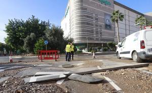 Cortan al tráfico la calle Ramón y Cajal para arreglar una tubería de suministro de agua
