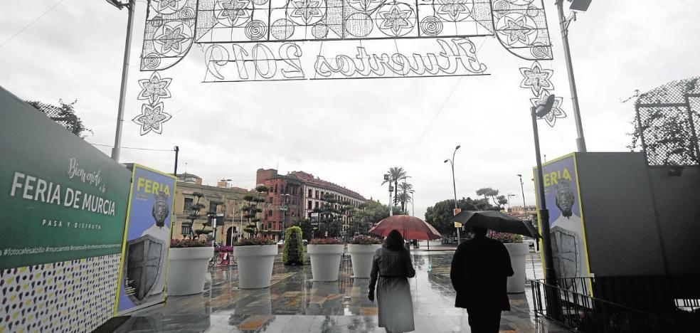 La lluvia machaca los actos de la Feria de Murcia y obliga a cerrar todos los recintos