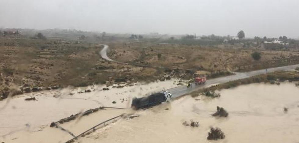 Un camionero es socorrido en Fortuna y el centro de salud de Abanilla cierra por el agua