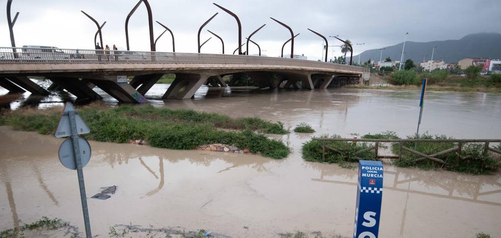 El río Segura se desborda a su paso por la avenida Miguel Induráin