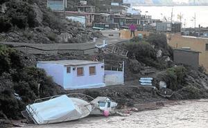 Casas anegadas, 16 incomunicados y barcos destrozados en la Algameca Chica