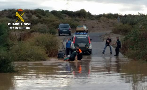La Guardia Civil, rescatando a una persona de una zona inundada./Guardia Civil