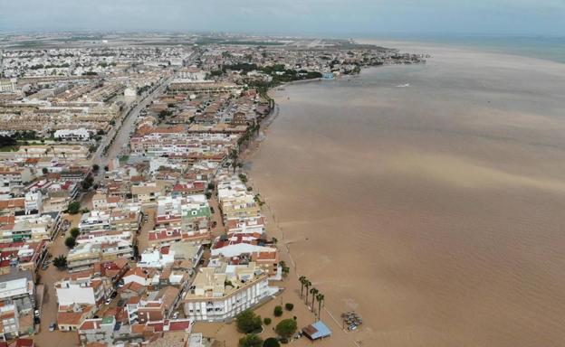 Vista aérea de la población de Los Alcázares, totalmente inundada por la enorme riada, que dejó sentir también sus efectos sobre el Mar Menor.