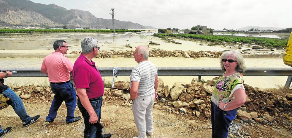 Una rotura en el canal del embalse de Santomera anega La Aparecida