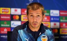 Los jugadores del Valencia dejan solo a Celades ante la prensa