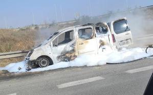 Un coche sale ardiendo en la autovía en la A-30 a la altura del centro comercial Espacio Mediterráneo