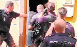 La Policía asalta una casa en San Antón para detener al agresor de una menor