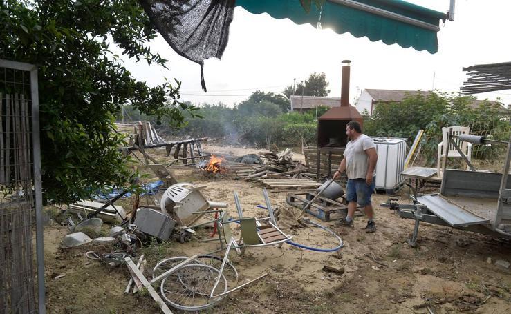 Decenas de familias de la huerta de Alquerías siguen fuera de sus casas y con los caminos anegados