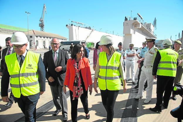 La ministra Margarita Robles conversa con la presidenta de Navantia, Susana de Sarria, ayer en el astillero de Navantia en Cartagena./ ANTONIO GIL / agm
