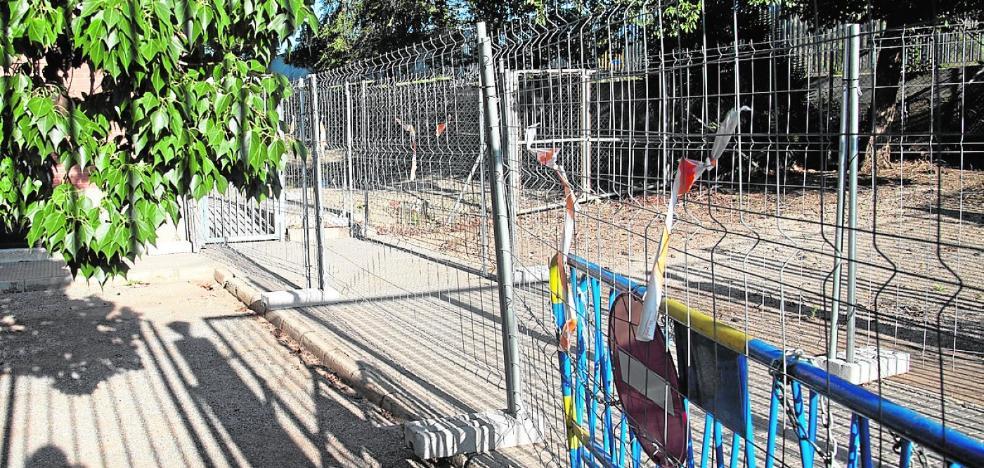 Educación empieza a pavimentar el patio de dos institutos de La Unión contra los metales pesados