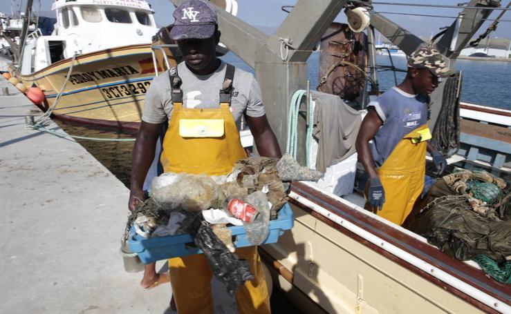 Pescadores de Mazarrón sacan del mar cientos de kilos de plásticos